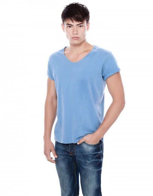 moda-camisetas-hombre-otono-invierno-2013-2014-tendencias-camiseta-basica-pico