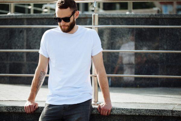 Foto consejos modelo hombre camisetablanca