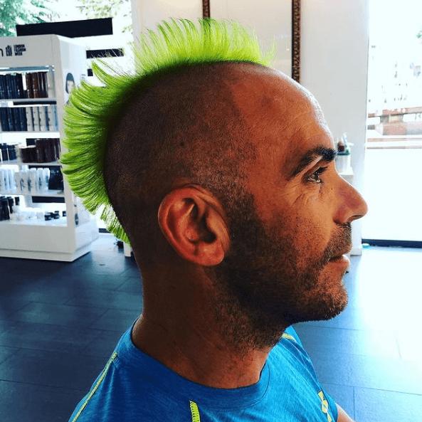 Los mejores peinados con cresta para hombre 2021 teñida de verde