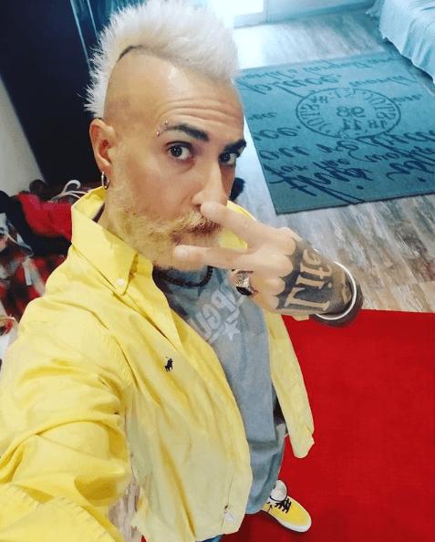 Los mejores peinados con cresta para hombre 2021 teñida de blanco