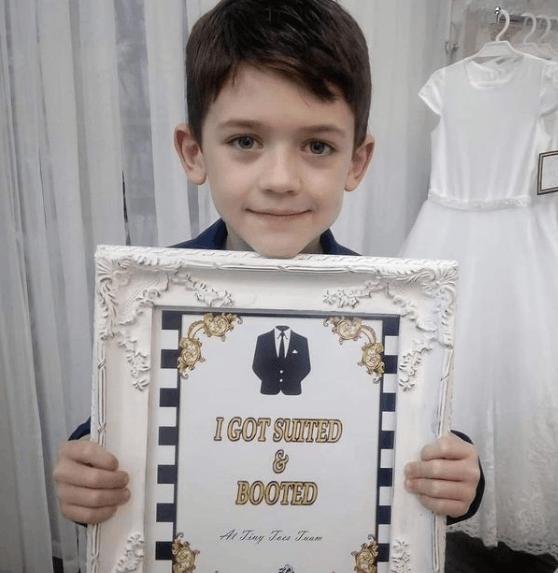 Peinados de Primera Comunión para niños 2021 flequillo a un lado cortina