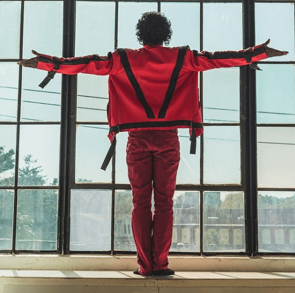 Disfraz Michael Jackson Carnaval 2021 postura Thriller