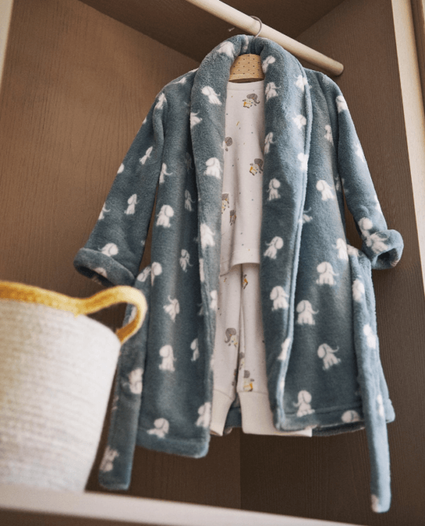 Batas del catálogo Zara para Hombre Otoño Invierno 2021 bata polar elefantes