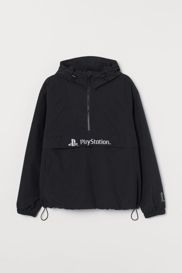 Catálogo H&M Otoño Invierno 2021 cortavientos estampado PlayStation