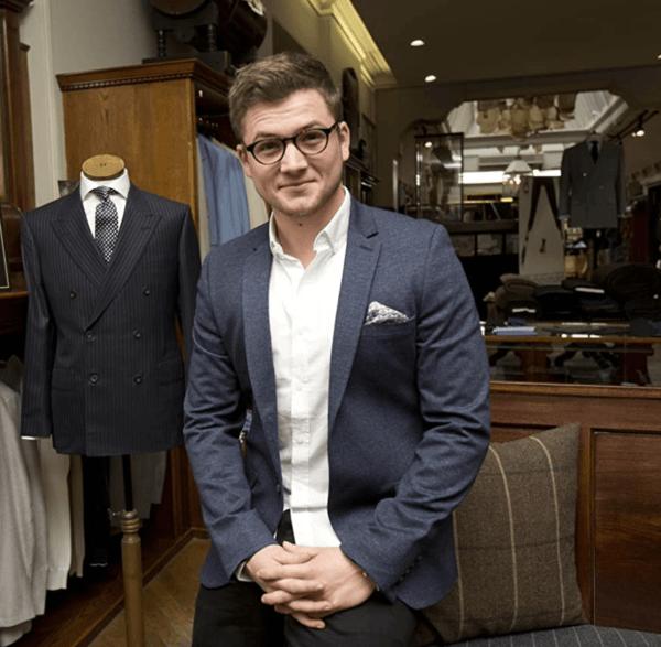 Cómo hacer un armario cápsula para invierno con sólo 10 prendas masculinas Taron Egerton