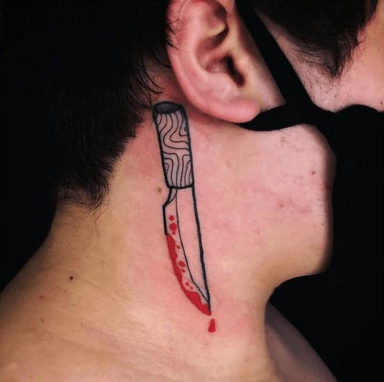 Tatuajes pequeños para cuello hombre 2021 color cuchillo rojo