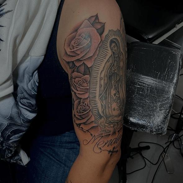 Tatuajes de rosas para hombres 2021 con Virgen María