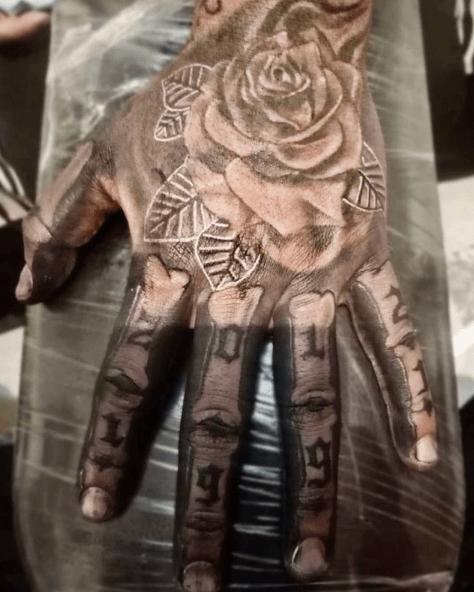 Tatuajes de rosas para hombres 2021 mano negra