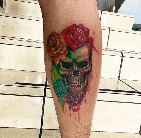 Tatuajes de rosas para hombres 2021 gemelo color con calavera