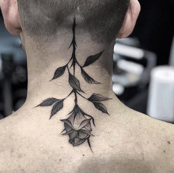 Tatuajes de rosas para hombres 2021 en nuca negra y al revés