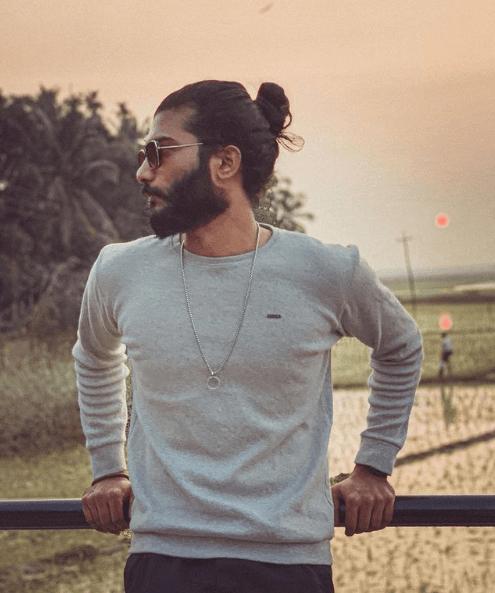 Los mejores peinados de media melena para hombre 2021 coleta alta