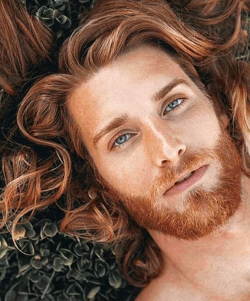 Los mejores peinados de media melena para hombre 2021 suelto a un lado