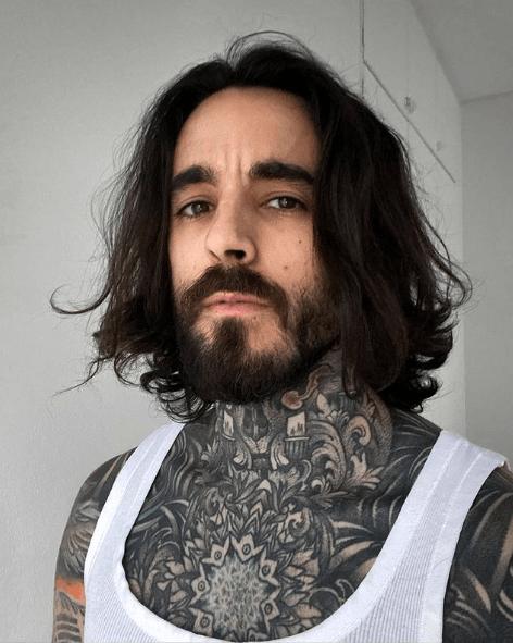 Los mejores peinados de media melena para hombre 2021 ralla en medio