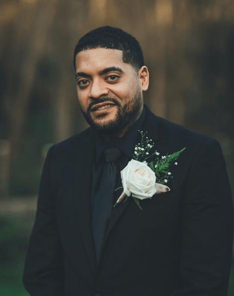 Trajes negros para novio 2021 flor blanca