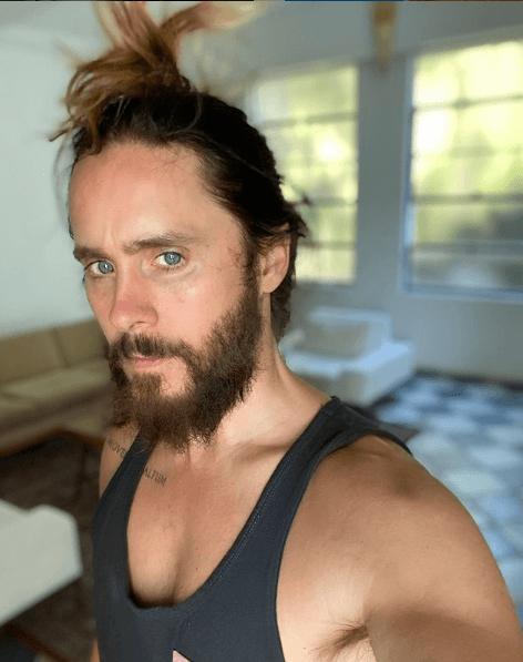 Cortes de pelo largo 2022 para hombres moño alto