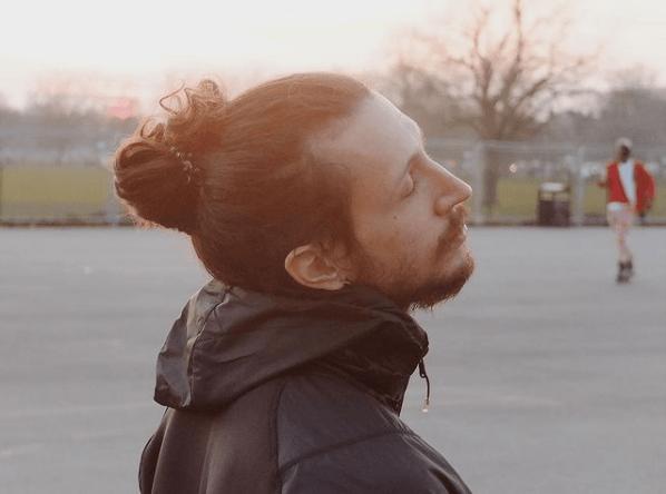Cortes de pelo largo 2022 para hombres moño