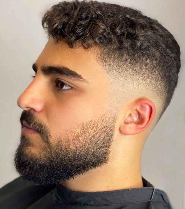 Los mejores cortes de pelo y peinados para hombre tendencia cabello corto pelo rizado fade