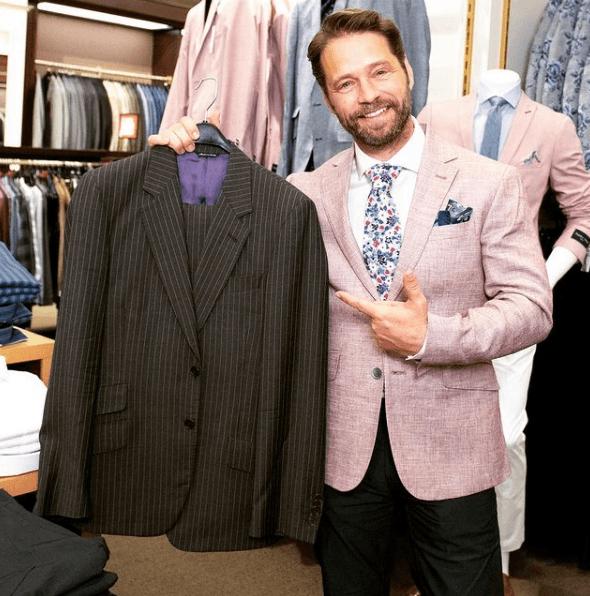 Los mejores consejos de moda para hombres bajitos en verano americanas