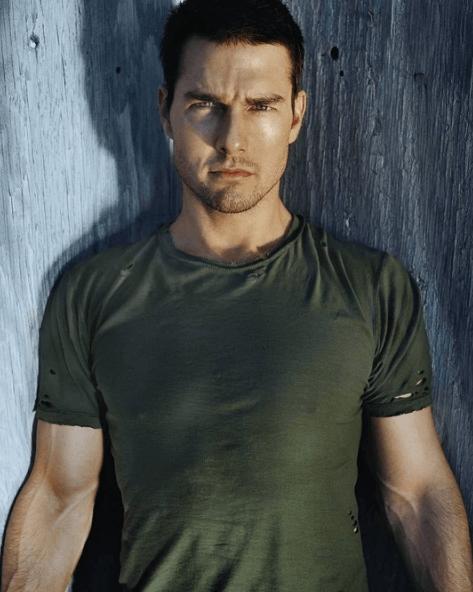 Los mejores consejos de moda para hombres bajitos en verano tonos neutros