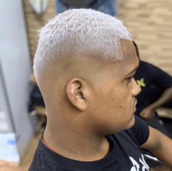 Los mejores cortes de pelo con navaja para hombre 2022 tinte plata