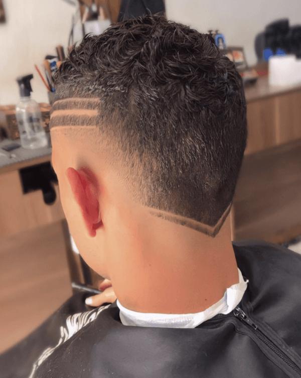 Los mejores cortes de pelo con navaja para hombre 2022 rayas varias