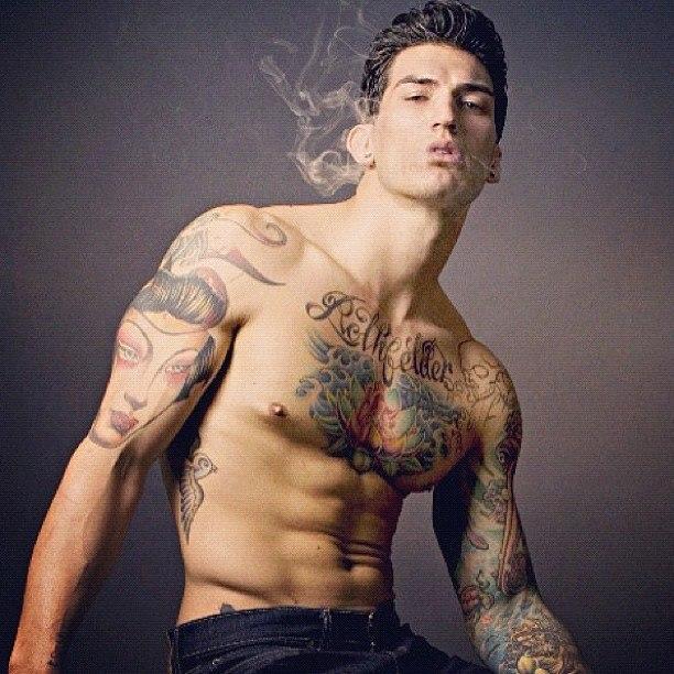 Hombres tatuados