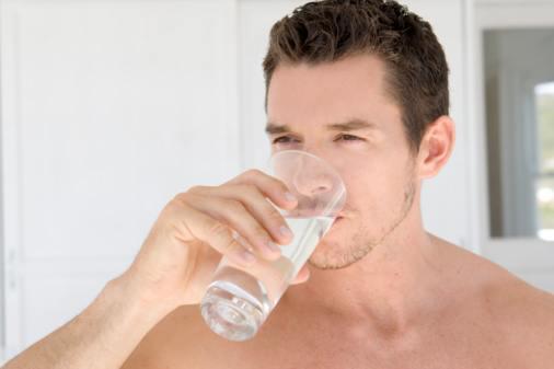 10-trucos-para-ser-mas-guapos-bebe-2-litros-de-agua-al-dia