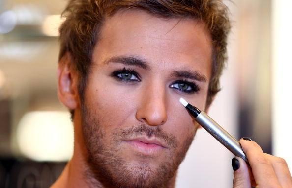 3-codigos-para-un-maquillaje-perfecto-hombre-corrector-ojos
