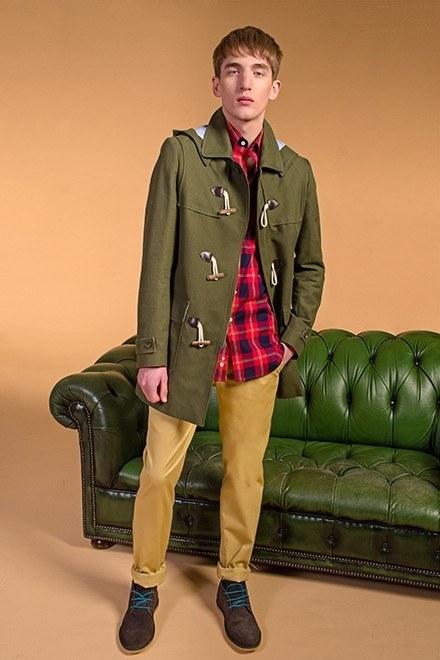 el-ganso-hombre-primavera-verano-2013-trenca-corta-verde-camisa-tartán-marino-pantalon-liso-beige-botin-guerrero-marron