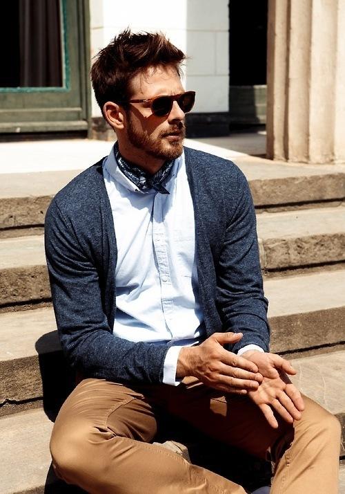 fotos-de-hombres-en-la-calle-con-estilo-y-prendas-basicas