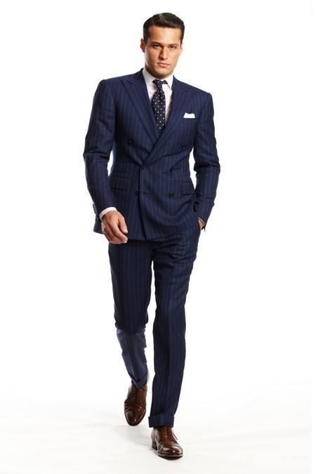 En Trendencias Hombre empezamos este especial de trajes masculinos para la primavera donde os vamos a ofrecer las distintas tendencias de la temporada. dentro de su colección de la primavera-verano , su apuesta más clara es la combinación de colores vivos y la importancia que adquieren los complementos. Como vemos en estas dos.