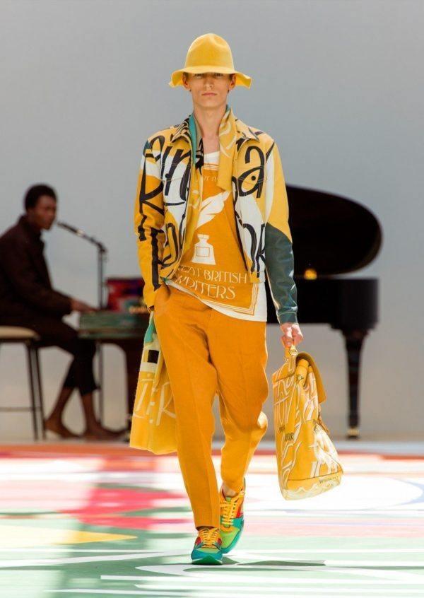 burberry-prosurm-primavera-verano-2015-abrigo-estampado-letras-amarillo-verde