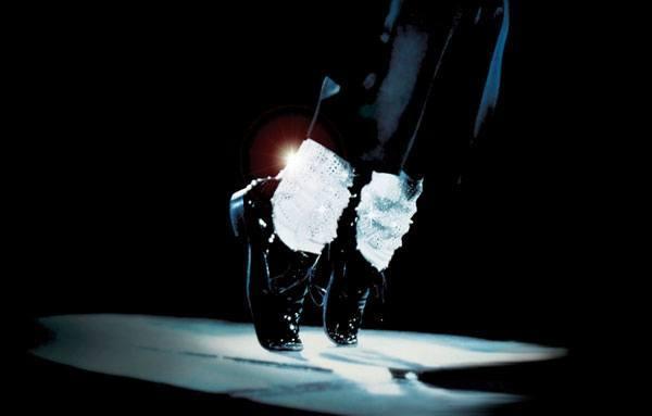 tips-que-danan-tu-imagen-zapatos-oscuros-calcetines-blancos