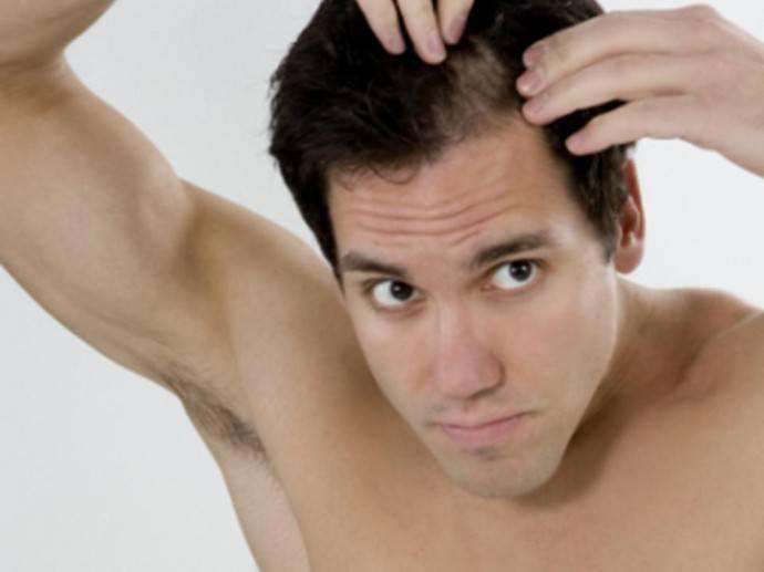 Alisar el pelo corto hombre
