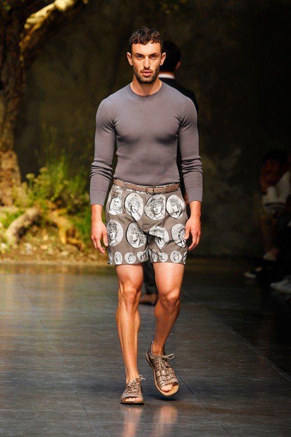 como-vestir-bien-hombres-de-acuerdo-a-tu-tipo-de-cuerpo-hombres-de-complexión-musculada-evitar-ropa-ajustada