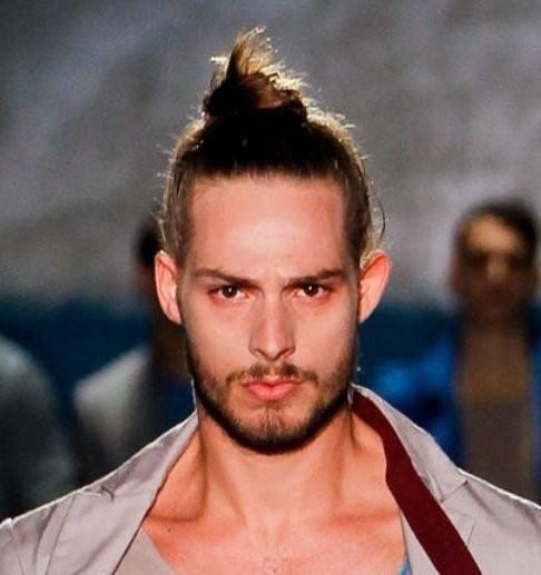 los-mejores-cortes-de-cabello-para-hombre-otono-invierno-pelo-largo-y-con-moño