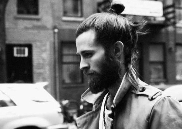 coleta peinado tendencia para el cabello largo masculino with peinados para pelo largo hombres