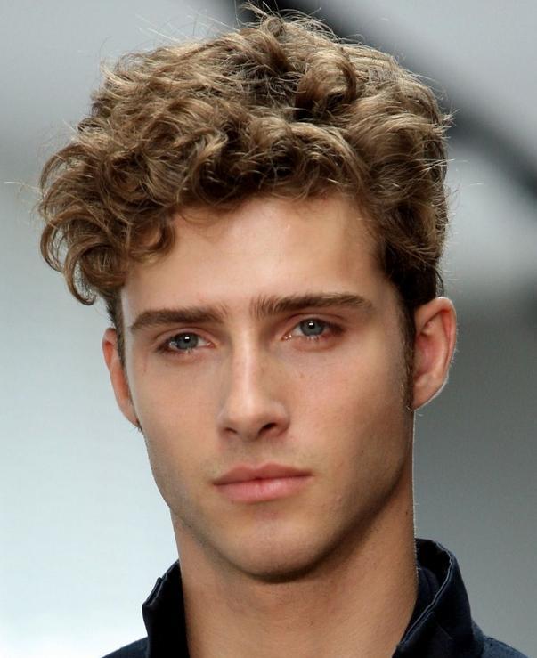 los-mejores-cortes-de-cabello-para-hombre-2014-pelo-ondulado-o-rizado-tupe-con-mucho-volumen