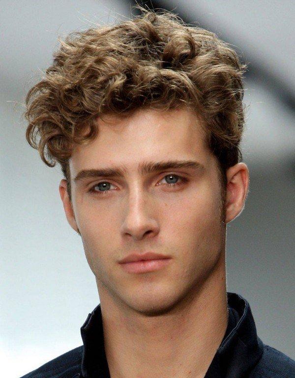 Peinados pelo rizado corto hombre