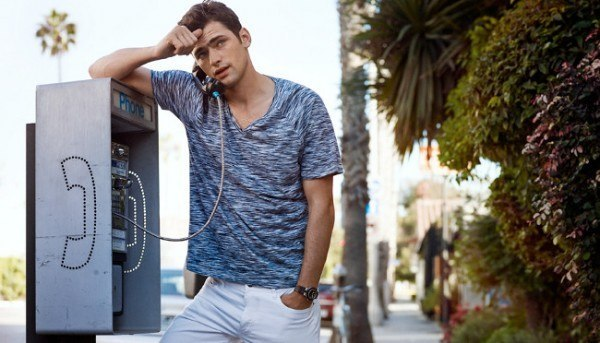 hm-primavera-verano-2014-domingo-primaveral-camiseta-gris-pantalon-blanco