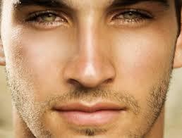 como-se-debe-aplicar-el-contorno-de-ojos-un-hombre