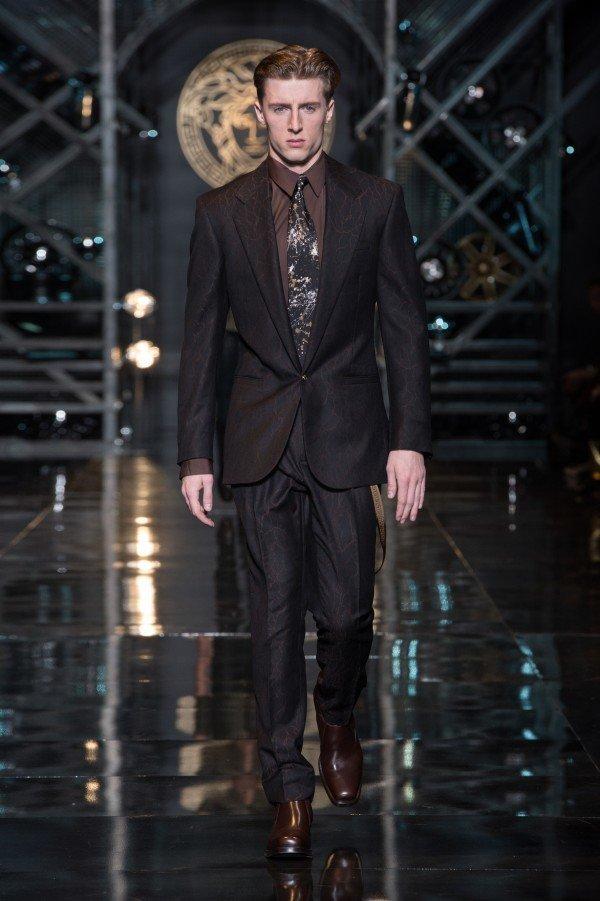 versace-hombre-otono-invierno-2014-2015-traje-borgoña