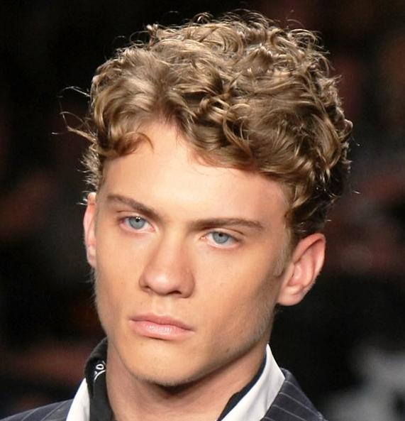 cortes-de-pelo-y-peinados-para-hombres-con-cabello-ondulado-o-rizado-otono-invierno-2014-2015