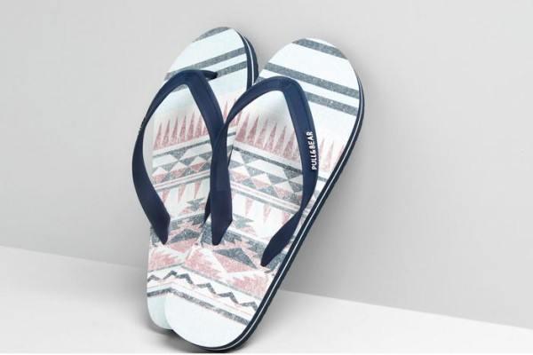 tendencias-calzado-zapatos-zapatillas-y-sandalias-para-hombre-primavera-verano-2014-chanclas-pull-and-bear