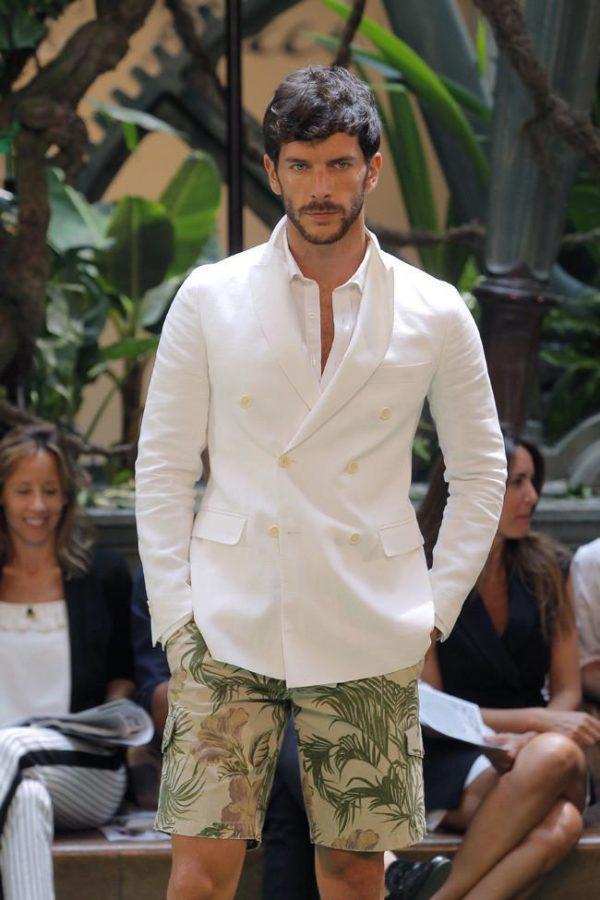 emidio-tucci-primavera-verano-2015-blazer-blanco-pantalon-bermuda-tropical