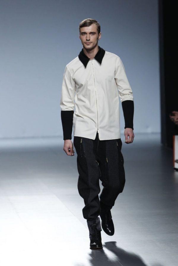 etxeberria-hombre-otono-invierno-2014-2015-camisa-blanca-detalles-negros-pantalon-negro