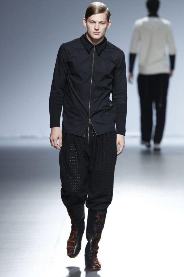 etxeberria-hombre-otono-invierno-2014-2015-camisa-cremallera-pantalon-amplio-botas