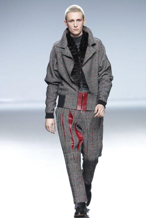 etxeberria-hombre-otono-invierno-2014-2015-chaqueta-gris-estampado-cuadros-oberturas-cuero-rojo