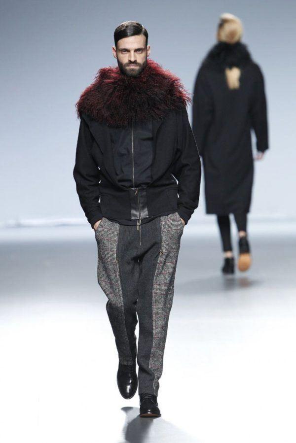 etxeberria-hombre-otono-invierno-2014-2015-chaqueta-negra-cuello-plumas