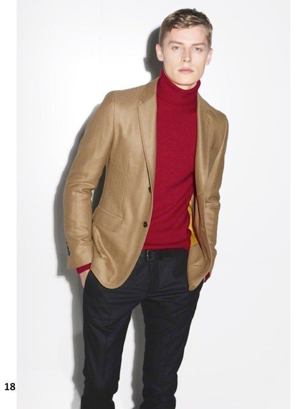 gucci-hombre-otono-invierno-2014-2015-blazer-marron-jersey-cuello-cisne-borgoña-pantalon-negro